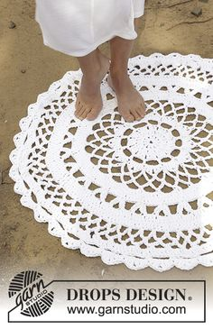 Summer Welcome - Crochet circular floor rug with lace pattern in 3 strands DROPS Paris. - Free pattern by DROPS Design Crochet Diy, Crochet Doily Rug, Crochet Rug Patterns, Crochet Carpet, Crochet Wool, Crochet Motifs, Crochet Home Decor, Granny Square Crochet Pattern, Knitting Patterns Free