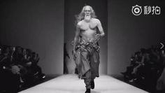 Você já ouviu falar em Deshun Wang? Trata-se de um senhor chinês de 80 anos, que trabalhou por muito tempo como ator, estrelando filmes como O Reino Proibido e Guerreiros do Céu e da Terra. Mas não foi por conta disso que ele se tornou famoso.  Deshun foi a sensação da Semana de Moda de Pequim do ano passado, fazendo sua estreia como model...
