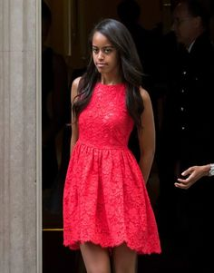 Dinsdag, op de thee bij premier Cameron ; één van de dochters van Obama in een mooi tienerjurkje