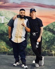 Justin Bieber was seen hanging with DJ Khaled wearing a Fear Of God hat. He was also rocking Vetements trousers, and a pair of Vans sneakers. As for DJ Khaled, he wore Chanel sneakers. Justin Bieber 2018, Justin Bieber Outfits, Justin Bieber Style, Dj Khalid, Cowgirl Style Outfits, Justin Bieber Wallpaper, Chanel Sneakers, Vans Sneakers, Vans Outfit