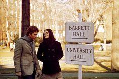 """O filme """"Love Story"""" da década de 70, tem como protagonistas um casal de jovens (Ali MacGraw e Ryan O'Neal). A protagonista usa peças tricotadas, dando mais uma vez ênfase ao fenómeno """"DIY"""". Daqui podemos ver que é uma boa referência para a ideia do artesanal, do faça você mesmo."""