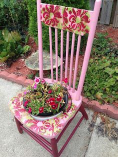Chair Planter, Pink Garden, Dream Garden, Recycled Garden, Crafts For Seniors, Old Chairs, Backyard Projects, Flower Planters, Garden Chairs