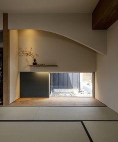 """コラボハウス一級建築士事務所 op Instagram: """".⠀ 畳からつづく地窓と⠀ 曲線を描く垂れ壁が趣ある和室。⠀ 板の間の一部はアクセントクロスを使用し、⠀ 間接照明とともに落ち着いた雰囲気に。⠀ 壁付け棚には季節のお花を飾る事ができます。⠀ .⠀ 他にも沢山のお家を⠀ ホームページでご紹介してします。⠀ @collabo_ho…"""" Oversized Mirror, Japan, Furniture, Instagram, Home Decor, Decoration Home, Room Decor, Home Furnishings, Home Interior Design"""