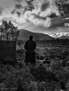 Murtagh (Duncan Lacroix) takes in the beautiful highland view. #Outlander #potd via @TheMattBRoberts pic.twitter.com/nYLsblxfyd