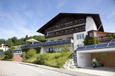 Im Allgäuer Biohotel Eggensberger wurde ein neues Konzept zur dezentralen Stromversorgung aus erneuerbaren Energien umgesetzt. Dabei kommt d... Design Hotel, Hotels, Modern, Mansions, House Styles, Home Decor, Farm Cottage, Concept, Farmhouse