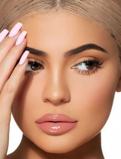Kylie Jenner glossy lips for Kylie Cosmetics ( Kylie Jenner Lipstick, Maquillage Kendall Jenner, Gloss Kylie Jenner, Kendall Jenner Make Up, Ongles Kylie Jenner, Photos Kylie Jenner, Kylie Jenner Makeup Look, Kylie Jenner Eyebrows, Kylie Jenner Face