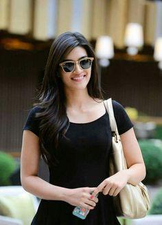 Kriti Sanon spotted in Dubai. Bollywood Girls, Bollywood Stars, Bollywood Fashion, Beautiful Bollywood Actress, Beautiful Indian Actress, Beautiful Actresses, Indian Celebrities, Bollywood Celebrities, Woman Crush