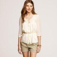 Camisa de musselina, tecido usado para confecção dos vestidos, sempre em tons claros e suaves.