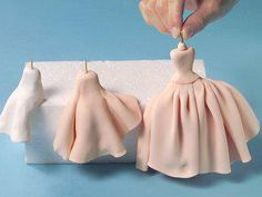 Making dresses/ Could also see doing this with clay to make individual ornaments. Making dresses/ Could also see doing this with clay to make individual ornaments to decorate Fondant Figures Tutorial, Cake Topper Tutorial, Fondant Toppers, Fondant People Tutorial, Fondant Tips, Fondant Cakes, Cupcake Cakes, Fondant Recipes, Making Fondant