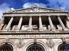 Su estilo es neoclásico, siendo su planta rectangular, con cuatro grandes patios interiores. La fachada que da a la calle de Serrano presenta una portada con columnas dóricas en la entrada y una columnata jónica de la balconada en el piso superior.