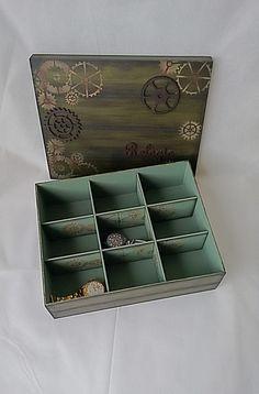 Caixa em MDF, imitação de madeira, decorada em tons de verde com nove divisórias, contendo apliques em MDF