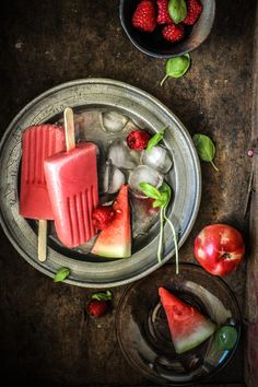 Summertime loving: Raspberry, Watermelon and White Nectarine Popsicles Frozen Desserts, Frozen Treats, Light Desserts, Dark Food Photography, Healthy Snacks, Healthy Recipes, Ice Cream Treats, Sorbets, Tasty