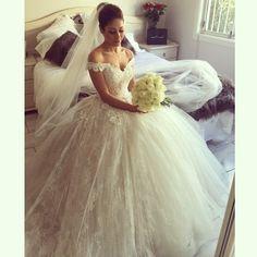 Romantic Lace Wedding Dresses Off the Shoulder with Flowers Arabia Ball Gown Wedding Dress Vestido De Novia 2015