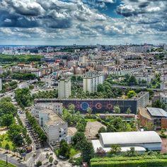 """INTERVENÇÃO URBANA - Mademoiselle Maurice é uma artista de rua bem conhecida pela suas incríveis obras de intervenções urbanas. A mais recente é um mural enorme localizado no 13º distrito de Paris, onde ela realizou uma composição com 15 mil origamis de pássaros coloridos.   Essa instalação que """"invadiu"""" o espaço urbano de Paris levou cerca de 3 semanas para ser concluído."""