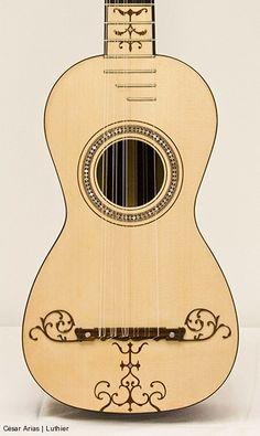 Guitarra (Tapa) de seis órdenes basada en un original de Joseph Benedid (1783 Cádiz) que se conserva en el Museo de la Música en Barcelona. Longitud de cuerda vibrante: 659 mm   Contacto   caesarias@gmail.com  981 803 679 / 619 614 172 Areal 110 – Cruces, 15980 Padrón, A Coruña