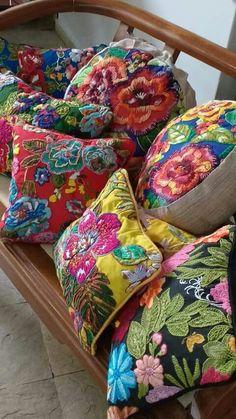 Blog La Pequetita: Bordados em Chita-Orgulho brasileiro Crewel Embroidery, Embroidery Applique, Embroidery Patterns, Fabric Art, Fabric Crafts, Sewing Crafts, Diy Pillows, Decorative Pillows, Cushions