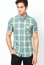 Show off a perfect combination of style and unmatched innovation as you adorn this casual shirt from the house of Levi's®. This button-down shirt will be a delight for your skin as it is fashioned using quality cotton.
