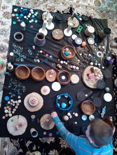 for dot day! Circles, spots and polka dots study -Loose parts play at Growing Inch by Inch ≈≈ Play Based Learning, Learning Through Play, Early Learning, Heuristic Play, Kind Photo, Reggio Classroom, Dot Day, Inspired Learning, Reggio Emilia