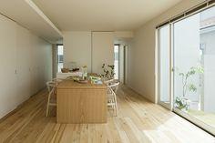 究極のシンプルをめざした住まいに家族の温かな暮らしが息づく | 建築実例 | 戸建住宅 | 積水ハウス Japan House Design, Divider, Room, Furniture, Kitchens, Home Decor, Bedroom, Decoration Home, Room Decor