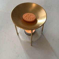 La Fière is a decoratief handgemaakte waxbrander om de waxmelts van A'lure scents te smelten. Na het plaatsen van een waxmelt plaats je een theelichtje onder in de daarvoor bestemde houder. De warmte van het theelichtje zal de waxmelt laten smelten waardoor de heerlijke geur vrij komt.