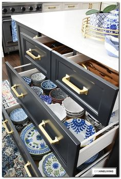 Organized kitchen drawers that are clutter-free, clean and beautiful! Tips for p. Organized kitchen drawers that are clutter-free, clean and beautiful! Tips for purging and getting your kitchen drawers organized once and for all! Diy Kitchen Storage, Kitchen Cabinet Organization, Home Decor Kitchen, Interior Design Kitchen, New Kitchen, Home Organization, Kitchen Layout, Kitchen Ideas, Cheap Kitchen