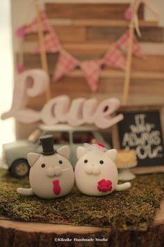 kitty and Cat MochiEgg wedding cake topper #ideas #planning #cakedecor #kitten #animals #handmadecaketopper #custom #rusticwedding #outdoorwedding #ceremony #weddingbackdrop #claydoll #unique #gift #miniatures #dollhouse #kikuikestudio #chat #Katze #gato #ネコ