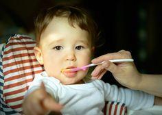 Bebês aprendem a comer vendo o que outros comem aponta estudo