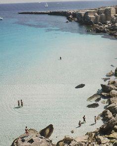 Favignana, le acque cristalline e azzurrissime della Cala Rossa