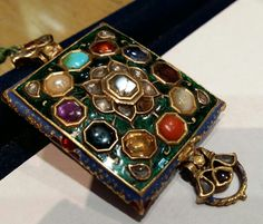 A FINE MUGHAL GEM-SET ANTIQUE NAVARATNA GOLD 24K ARMBAND (BAZUBAND),  ENAMELLED ON THE REVERSE. INDIA 18TH CENTURY
