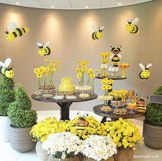 دکوراسیون شاد جشن تولد کودک همراه با گل آرایی و تم زنبور عسل