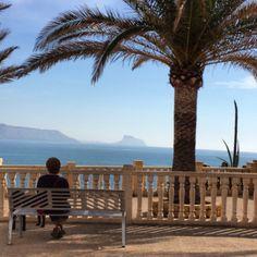 Una tarde perfecta para sentarse y relajarse mirando al Mediterráneo no crees....?