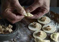 Ravioli und Tortellini selber machen: Teigränder für Tortellini mit den Fingern festdrücken