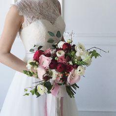 Ассиметричный букет невесты с ранункулюсами, пионовидными розами, антирринумом, ягодками гиперикума и веточками вербы С натуральными шёлковыми лентами идеален #anastasiapitsik_flowers #silver_monday