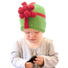 Wrap up your sweetest gift with this adorable Christmas Present Bow Hat Knitting Pattern! Christmas Present Bow, Cute Christmas Presents, Christmas Bows, Baby Hat Knitting Pattern, Loom Knitting, Knitting Stitches, Crochet Pattern, Free Knitting, Finger Knitting
