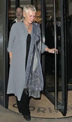 Judi Dench Photos Photos - A-list celebrities and screen icons leave Cipriani. On the way out of the restaurant Harvey Weinstein confronts a photographer. - A-Listers at Cipriani Poor Judy, wonder if he tried his pervy moves on her Over 60 Fashion, Mature Fashion, Fashion Over 50, Look Fashion, Womens Fashion, Fashion Rings, Fashion Boots, Mode Outfits, Casual Outfits