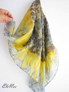 C'est le foulard en soie peinte à la main avec grand tournesol jaune sur un fond gris. Il s'agit d'un châle en forme de carré avec fleur jaune-brun dans le milieu. Cette incroyable écharpe peints à la main est l'accessoire parfait pour n'importe quelle fe