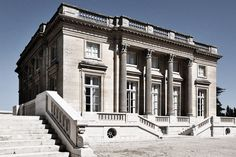 Le Petit Trianon (1761-1764) on the grounds of Versailles by the French architect Ange-Jacques Gabriel. With its sober, unadorned and reticent design with its unbroken, straight lines and simple volume it announced the change from baroque fireworks to the restraint of neo-classicism.