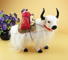 49.00$  Buy now - http://alit49.worldwells.pw/go.php?t=32729378188 - simulation yak model,plastic& fur handicraft,28x25 cm white yak with accessories on back, home decoration toy Xmas gift w5850 49.00$