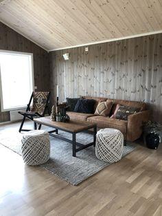 Til denne flotte hytta i Tisleidalen har vi levert glattpanel med fargene Beitogrå og Hvitkalk dobbel dose. Contemporary Cabin, Cabin Interiors, Furniture, Cottage Furniture, Cabin Sofa, Home, Elegant Interiors, Interior, Home Decor