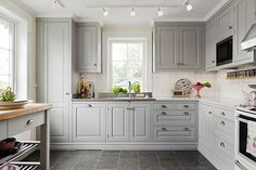Really like the grey cabinets Diy Kitchen, Kitchen Dining, Kitchen Decor, Kitchen Cabinets, Kitchen Ideas, Awesome Kitchen, Kitchen Colors, Kitchen Designs, Country Kitchen