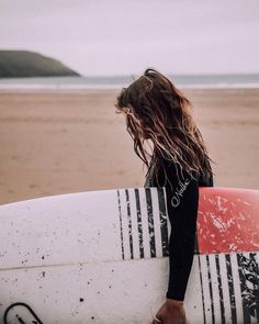 Ocean air salty hair 🐠 endlich zurück am Strand, endlich zurück im Wasser Ocean air salty hair 🐠 finally back on the beach, finally back in the water Surf Girls, Surf Mode, Surfergirl Style, Surf Hair, Beach Pink, Videos Photos, Surfing Pictures, Beach Aesthetic, Surf Style