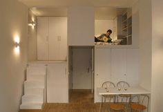秘密の隠れ家に大変身!狭い部屋を最大限に活用したリフォームアイデア。キッチンや収納やロフトなどがコンパクトにまとまったユニットをオフィス用物件に追加してリフォーム。 Beri...