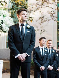 noivo e padrinhos no altar do casamento