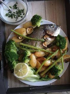 Czary w kuchni- prosto, smacznie, spektakularnie.: Dorada z zielonymi warzywami i nutką cytrynową... Asparagus, Fish, Chicken, Meat, Vegetables, Veggies, Veggie Food, Vegetable Recipes, Buffalo Chicken