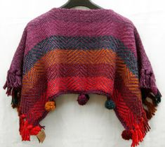 poncho corto lana 100%, colores a elección, con pompones Loom Weaving, Hand Weaving, Knitting Stiches, Weaving Projects, Blanket Scarf, Xmas Crafts, Knit Or Crochet, Fruit Of The Loom, Fabric Crafts