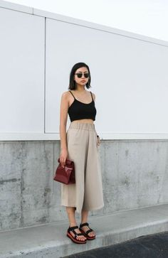 Minimal Fashion Style Tips. Minimal fashion Outfits for Women and Simple Fashion Style Inspiration. Minimalist style is probably basics when comes to style. Looks Street Style, Street Style Summer, Looks Style, Wide Leg Pants Street Style, Culottes Street Style, Mode Outfits, Casual Outfits, Fashion Outfits, Fashion Tips