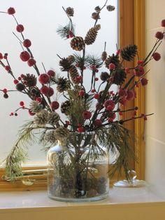 Fensterbank Dekoration Herbst Blumenstrauß Beeren Kiefer Tannengrün Winter