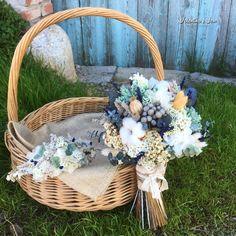 Ramo de novia con flores preservadas en tonos verde, blanco y gris. Con flores como la hortensia, bruina, flor de algodón, eucalipto, lavanda...