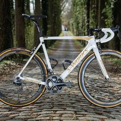S-Works Roubaix in special edition for the last race of Tom Boonen Great Inventions, Bicycle Components, Cycling Gear, Road Bikes, Road Racing, My Ride, Trekking, Photo And Video, Vehicles