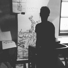 Richard Fišer, který zkrášluje náš vinný bar svými kresbami. #art #thirwinebar #drawing #wall #tatoo